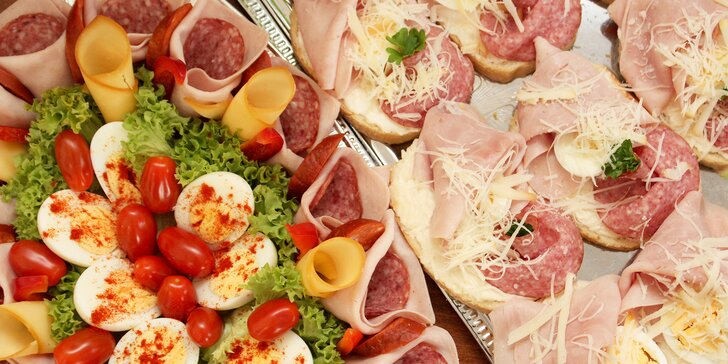 Chlebíčky nebo obložené mísy se sýry, salámy a šunkou k odnosu s sebou i možností rozvozu