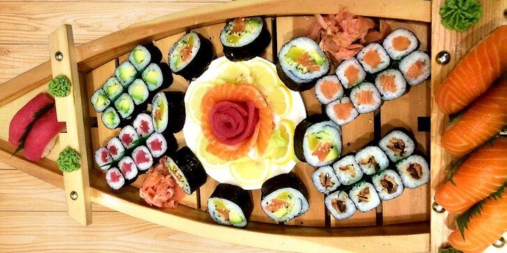 Nabité sushi sety: až 74 kousků, salát wakame, miso polévka, dezert i nápoje