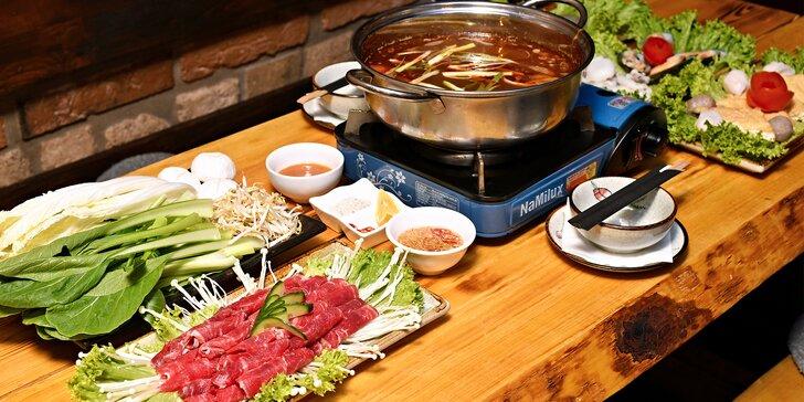 Asijský hot pot: kuřecí thajský vývar s hovězím, krevetami, mušlemi, tofu, knedlíčky i nudlemi
