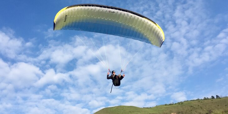 Naučte se vzlétnout i přistát: 4denní základní kurz paraglidingu na Rané u Loun