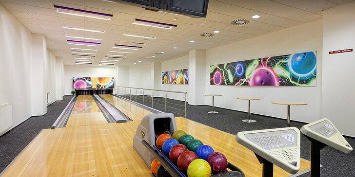 Hodina bowlingu v centru Éčko až pro 6 osob: profi dráhy a zapůjčení obuvi