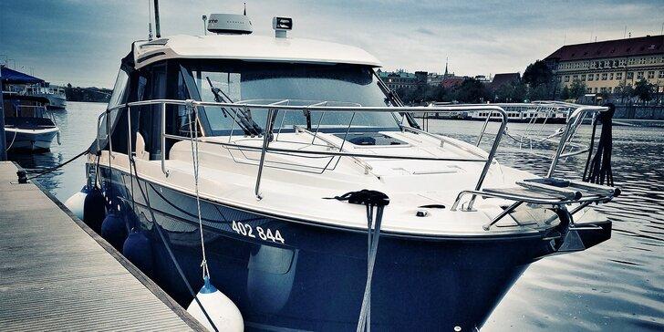 Celodenní kurz řízení lodi završený kapitánskými zkouškami
