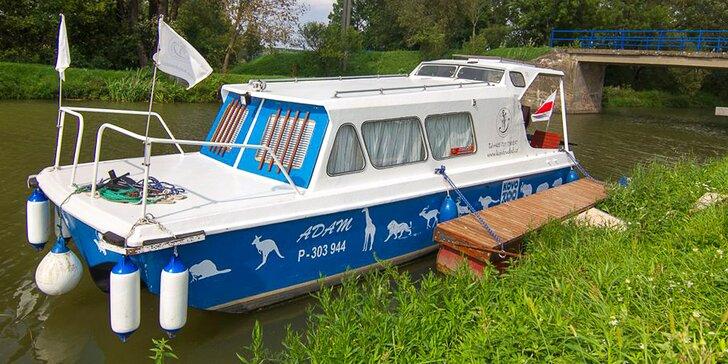 Splujte Baťův kanál: loď s kajutou nebo motorový člun až pro 8 osob, plavba na pár hodin i celý den