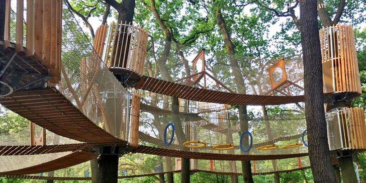 Užijte si adrenalinovou zábavu: třípatrové bludiště v korunách stromů