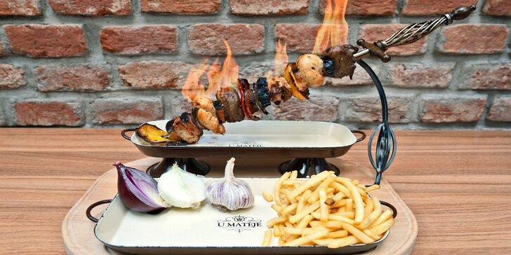 Hořící meč: 400g špíz s vepřovou pečení, kuřecím prsem, slaninou a zeleninou flambovaný přímo u stolu