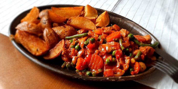 Kančí ragú s bramboráčky či hranolky pro jednoho nebo dva gurmány
