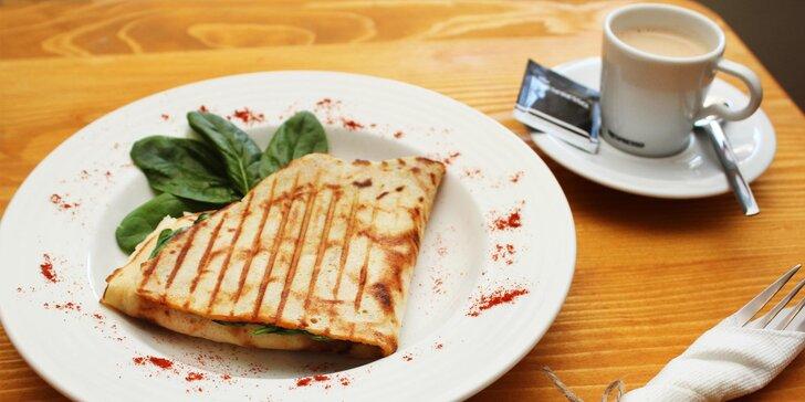 Slaná nebo sladká palačinka a horký nápoj v Moravské kavárně neslyšících