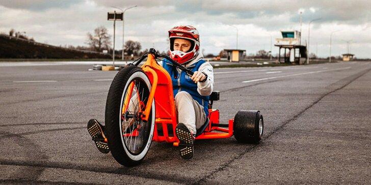 Adrenalin i zábava na polygonu: 30 minut jízdy na driftovací tříkolce