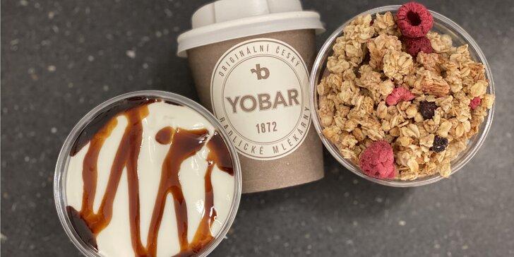 Káva nebo čokoláda a jogurtový dezert s müsli v oblíbeném Yobaru