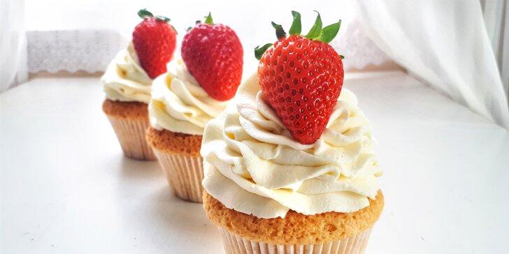 Sladké mámení: větrníkový i jahodový dort nebo 6 ks cupcakes v krabici
