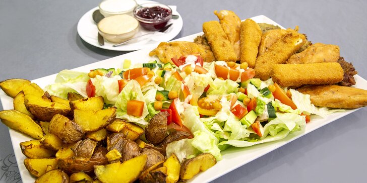 Smažené maso a sýry, pečené brambory, omáčky a salát až pro 3 jedlíky