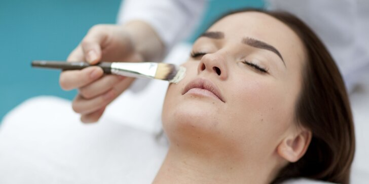 Účinné ošetření akné či vrásek peelingem s kys. mandlovou, hyaluronem a kolagenem