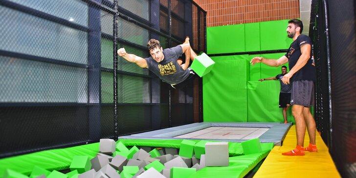 Adrenalin ve FlyZone Parku na hodinu nebo celý den: trampolíny, lezecká stěna i překážková dráha