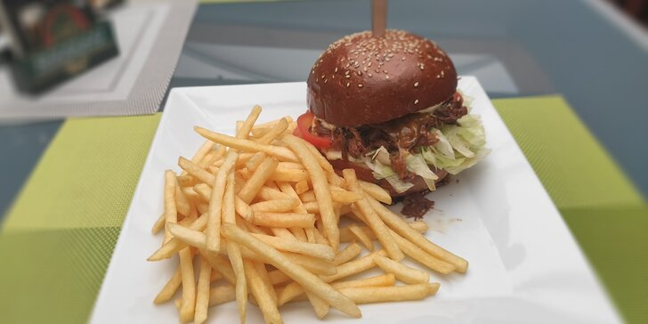 Burger s trhaným vepřovým a hranolky i nápojem pro 1 či 2 osoby