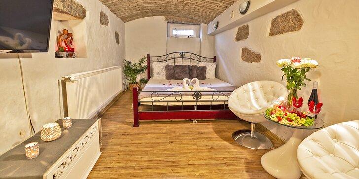 Romantická noc ve wellness: sauna, vířivky, vybavený obývací pokoj i terasa s posezením