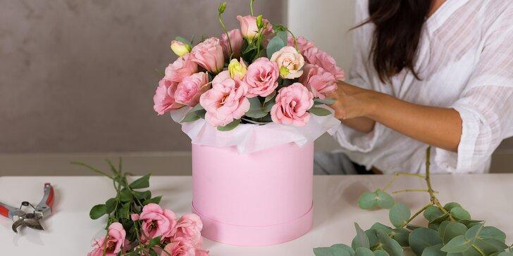 Květinový box se stuhou a přáníčkem: růže nebo mix květin, rozvoz po Budějovicích