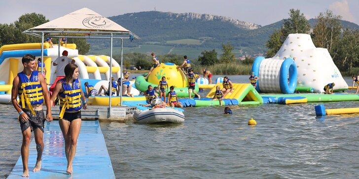 Vstupenka na vodní skákadla: trampolíny, prolézačky i vodní válec