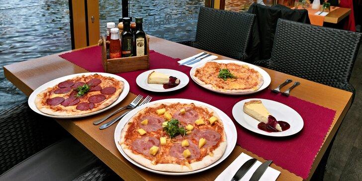 Pizza a cheesecake u Karlova mostu pro 1 či 2 osoby: posezení s výhledem i odnos s sebou