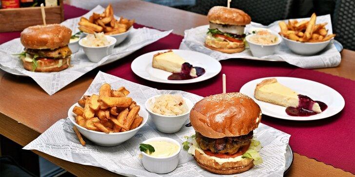 Posezení u Karlova mostu: burger podle výběru, hranolky, salát a cheesecake