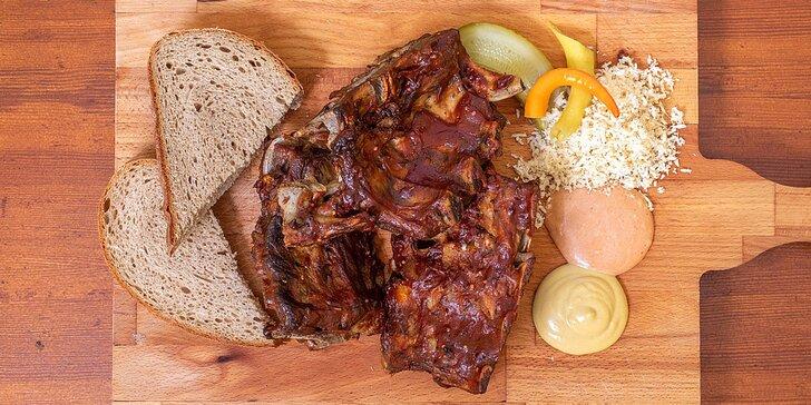 Pořádná hostina: 500 g grilovaných vepřových žebírek, omáčky a pečivo