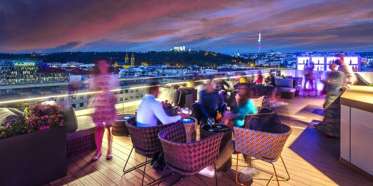 Dárkové vouchery do střešního baru hotelu Hilton Prague: 1000–2000 Kč na jídlo i nápoje