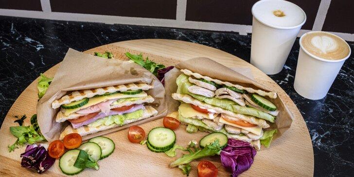 Sandwich a káva dle výběru pro 1 či 2 osoby: latte i americano a k tomu šunkový, sýrový či s mozzarellou
