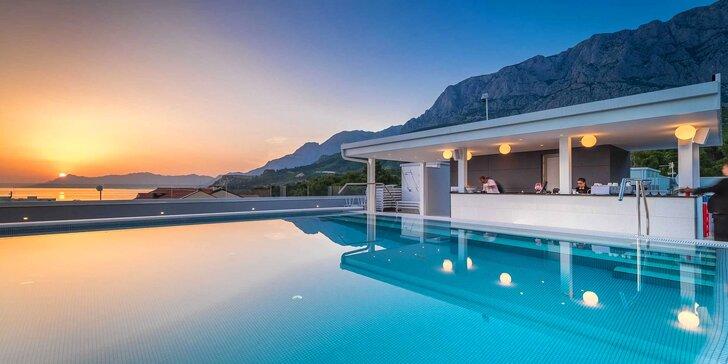 Luxusní hotel 2 km od centra Makarské: pokoj s balkonem, snídaně, neomezený wellness