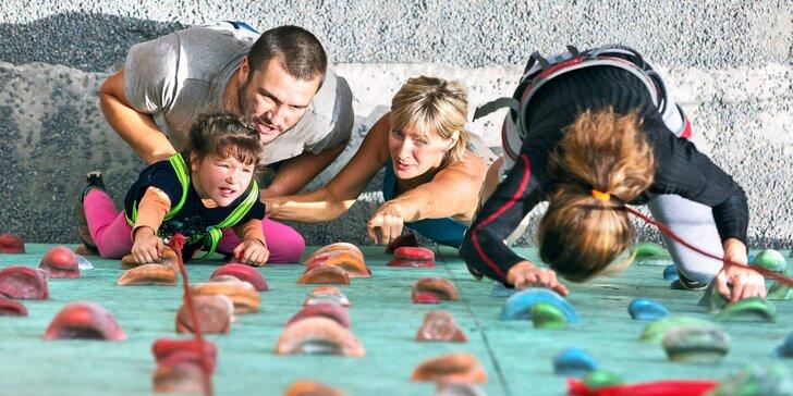 Celodenní vstupné na lezeckou stěnu pro dospělé i s dětmi, kromě lezení třeba taky beachvolejbal