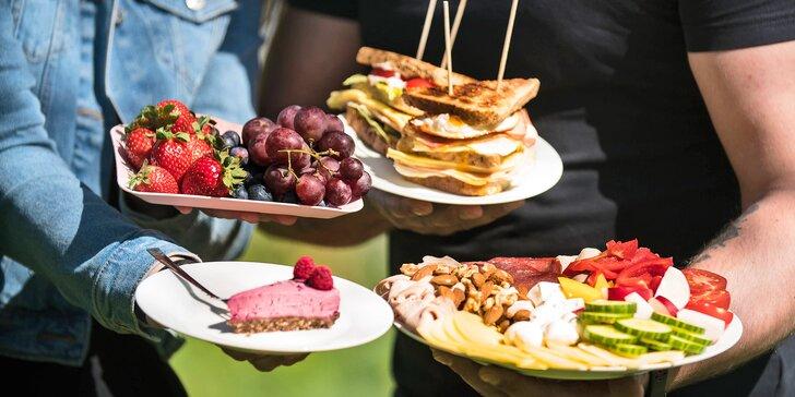 Piknikové koše pro 2–4 osoby: raw dezerty, sendviče, smoothie i limonády a veškeré vybavení