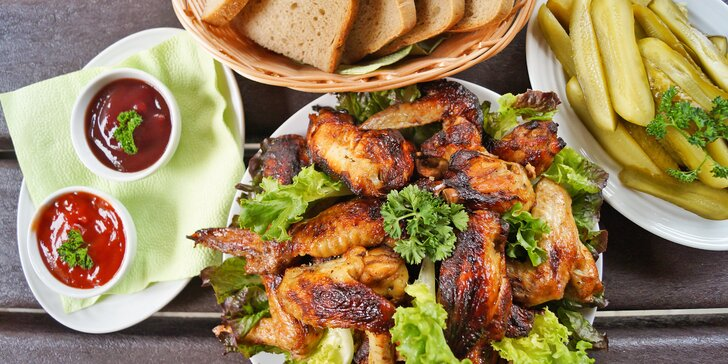 1,5 kg pečených kuřecích křídel, chleba, zeleninová obloha a omáčky
