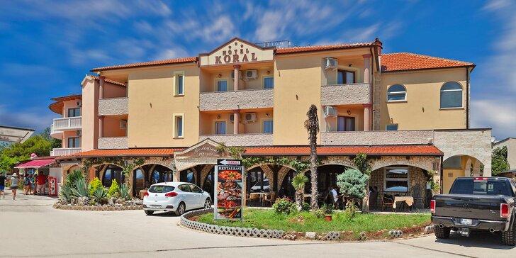Krásná dovolená v chorvatské Istrii: hotel se snídaní přímo na písečné pláži