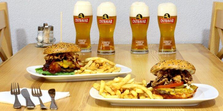 Dva macaté burgery s hovězím, slaninou, BBQ i majonézou, hranolky a třeba i 4 piva na zapití