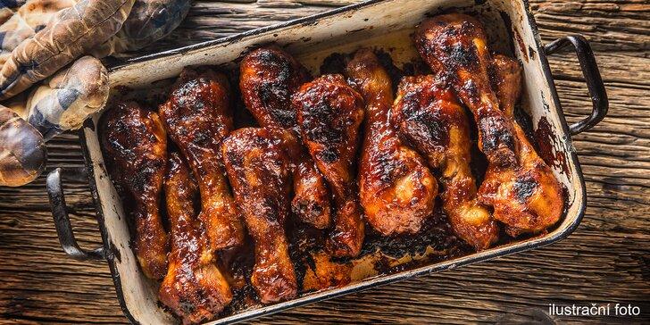 Nálož paliček: 1,5 kg pečených kuřecích paliček podávaných na křehkém salátu pro 2 osoby