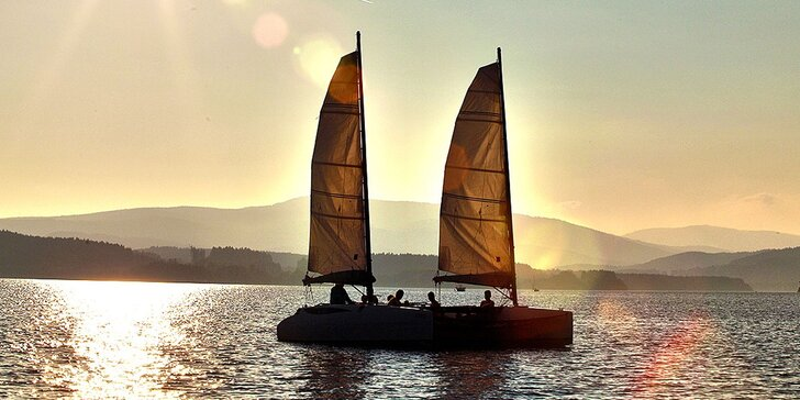 Naučte se řídit katamarán: 2hod. plavba na Lipně se základním výcvikem