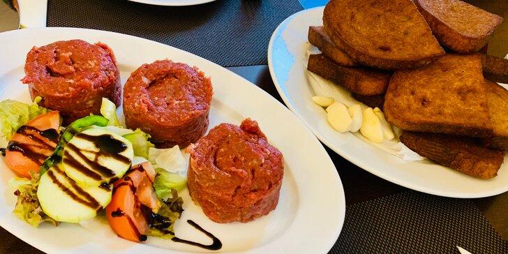 Pořádná porce: 300 g tataráku a neomezené množství topinek v restauraci hotelu Millenium