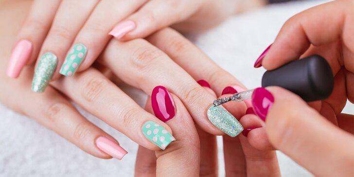 Manikúra s gel lakem nebo gelové nehty včetně zdobení pigmentem