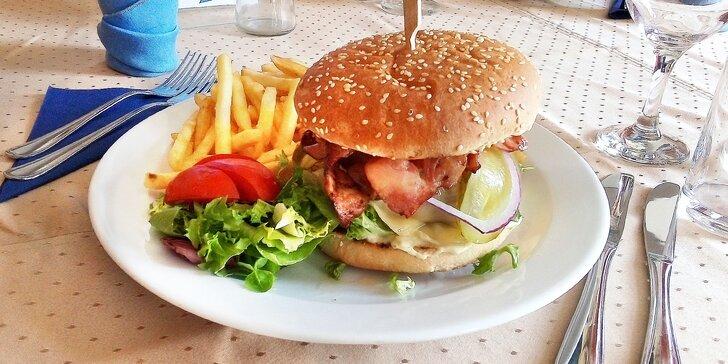 Kuřecí, hovězí nebo vepřový burger podle výběru a hranolky pro 1 i 2 osoby ve 4* hotelu