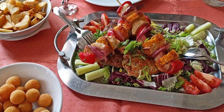 Tříchodové menu pro 2 osoby: salát caprese, grilované maso i dezert z mascarpone