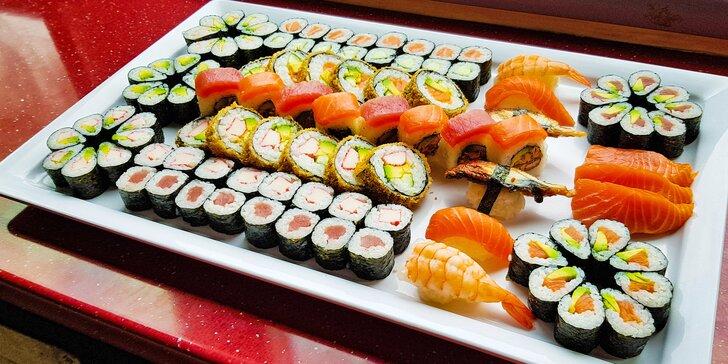 Zajděte na obří sushi sety: 72 nebo 101 rolovaných kousků pro rodinu i partu přátel