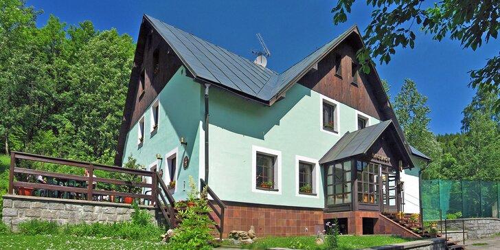Horská chata v KRNAPu: snídaně nebo polopenze a víno či pivo, bazén i tenis, půjčení kol, horolezecký kurz
