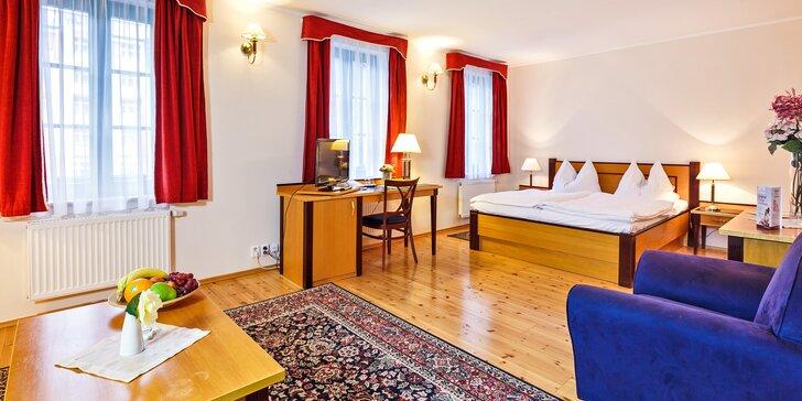 Odpočinek blízko Vřídelní kolonády: 3* hotel se snídaní i sleva na masáže