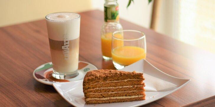 Posezení o samotě či ve dvou: kavárna s krásnou zahrádkou, káva i víno nebo džus, k tomu něco dobrého