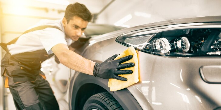 Ruční mytí vozu i karavanu: šamponování s voskem či tepování sedaček