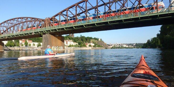 Zažijte Prahu z vody: tříhodinový výlet na kajaku na Vltavě pro 1 i 2 osoby