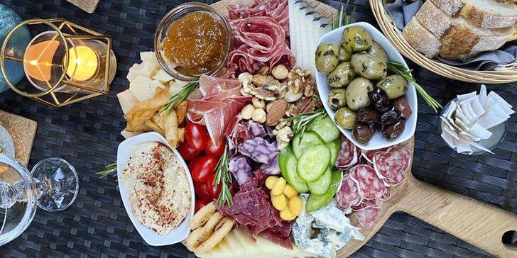 Prkénko se 700 g dobrot a láhev vína na Vinohradech: ovčí sýr, fuet i bageta