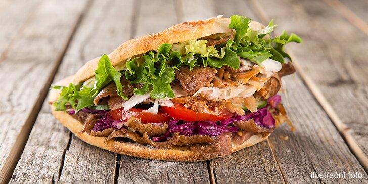 Kebab pro jednoho: tortilla, pita chléb i box s hranolky, salátem a dresinkem