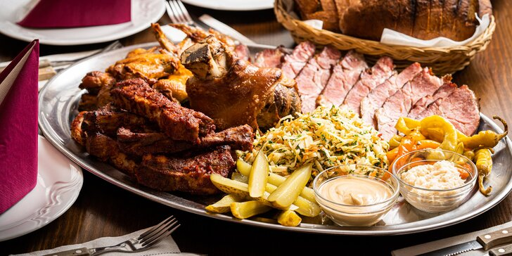 Talíř Pastouška pro 4–6 osob: pečené koleno i žebra a domácí uzené maso