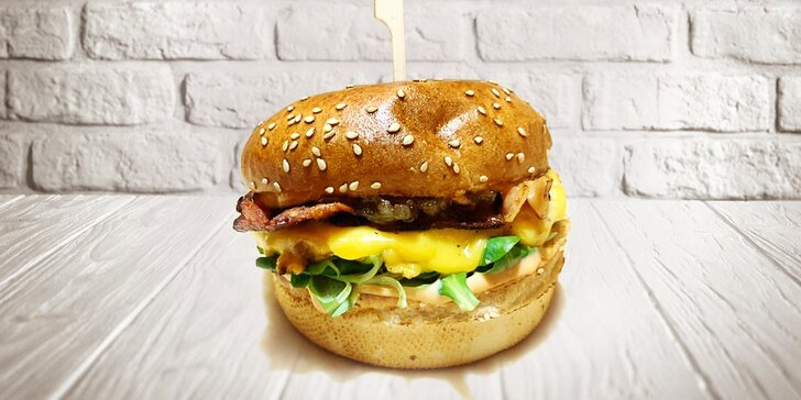 Jeden či dva sendviče s vejcem a dvojitou slaninou z poctivé burgrárny v centru Hradce Králové