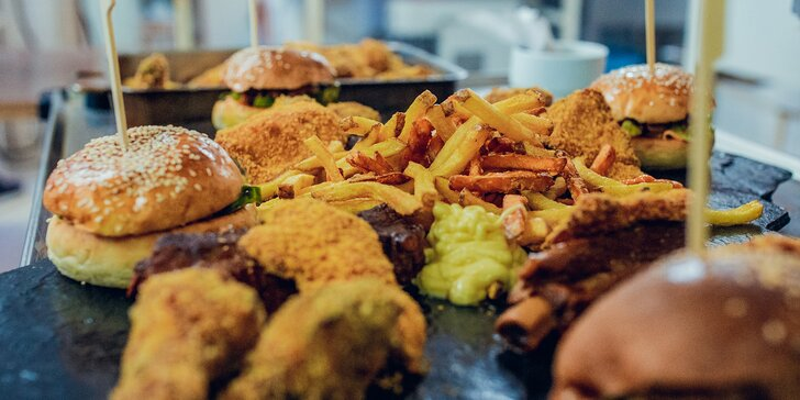 Americká hostina pro dva i čtyři: křídla, žebra, burgery, stripsy, hranolky a k tomu dipy