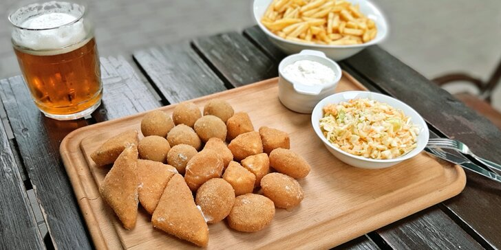 Fošna plná smažených sýrů, hranolky a coleslaw: ½ nebo rovnou 1 kg eidamu, hermelínu, nivy i tvarůžků